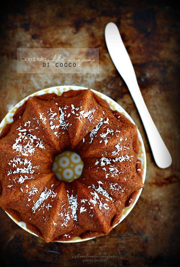 Dopo la ciambella all' acqua , la torta soffice al latte di cocco , potevo forse non pensare ad una ciambella all' acqua di co...