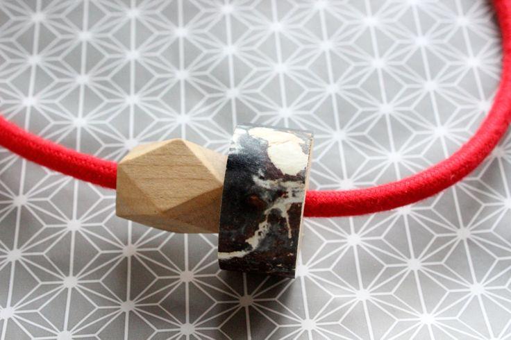 1001 necklace rossa, con cavo elettrico rivestito in cotone e dettaglio in legno ricoperto di carta da parati in fantasia nera. Idea regalo! di IlluminoHomeIdeas su Etsy