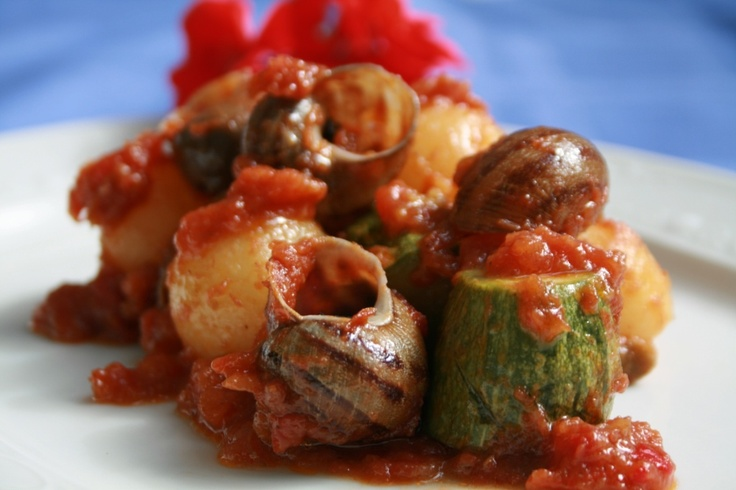 Snails in casserole with zucchini, potatoes and «ouzo»       Ingredients & Preparation at: http://fereikos-gefsis.com/index.php?option=com_k2=item=item=86=184=en