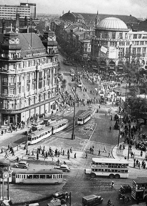 1930 Berlin - Hotel Fürstenhof am Potsdamer Platz, im Hintergrund der Anhalter Bahnhof.