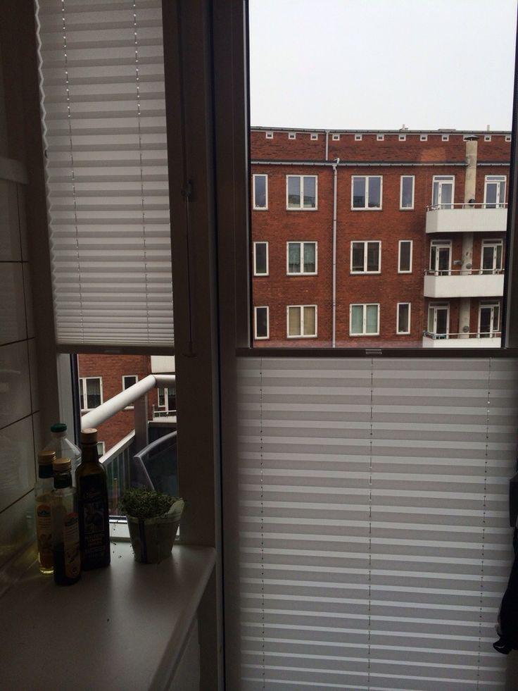 http://www.uniggardin.dk/blog/plissegardiner-monteret-i-smalle-vinduer/
