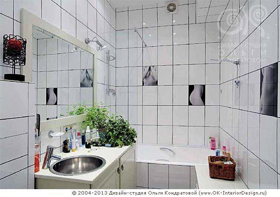 Идея для маленькой ванной в современном стиле. Белая плитка визуально увеличивает пространство, справа - комод-сиденье. Интересный эффект рандомных плиток с картинками