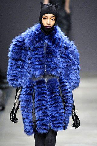 Abrigo de pelo de zorro color azul eléctrico acompañado de un pasamontañas con orejas al estilo Catwoman, de Iceberg.