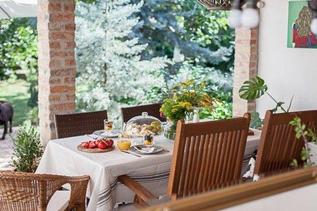 Mi sem kellemesebb annál, mint amikor egy forró nyári naphűvösre forduló estéjén a terasz langyos köve melegíti a talpunkat. A reggeli kávé, kerti partik, családi ebédek, baráti csevejek, és számos egyéb program és tevékenység kedvelt helyszíne a terasz.