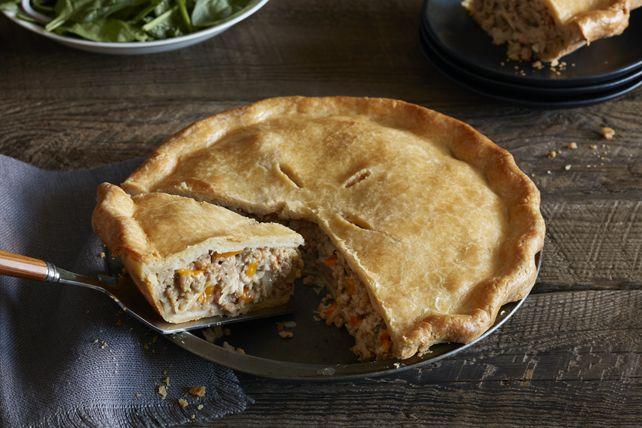 La tourtière est un plat classique du Québec, et le voilà réinventé par l'ajout de délicieux fromage cheddar. Les amateurs de tourtière et de pâté à la viande adoreront cette variante au fromage.