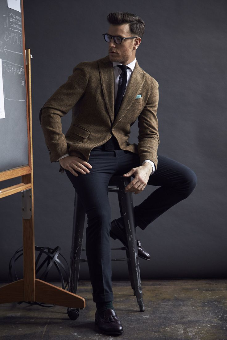 Michael Bastian Fall 2016 Menswear Fashion Show. That's a beautiful jacket, and it goes perfectly with those pants and the knit tie. I'd wear the hell outta this look right here.