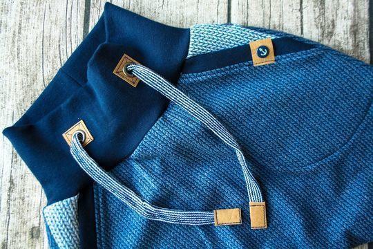 Die Checkerhose kann prinzipiell aus allen Materialien genäht werden, optimal sitzt sie aus Jersey, Interlock, Nicky, Sweat, Stretchfrottee und anderen dehnbaren Stoffen.  In Einzelgrößen von 44 bis 104 begleitet sie dein Kind garantiert durch die komplette Babyzeit und wächst dabei vor allem mit den extralangen Bündchen über mehrere Größen mit.  Die Hose passt sich allen Lebenslagen an: In Jeans-Optik wird dein Baby zum ultimativen Checker, Kleinkinder freuen sich an echten Taschen für…