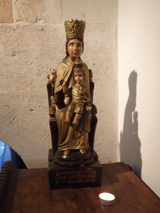 Wonderschoon Bijzonder Mariabeeld van'Onze Lieve Vrouw van Vosselaar' - VLAANDEREN - ca. 1900  Wonderschoon Bijzonder Mariabeeld van Onze Lieve Vrouw van Vosselaar.. Ze zit op een troon en is meerkleurig beschilderd in goudtinten. Het kindeke Jezus op haar schoot is afneembaar net als haar scepter. Ze is gemaakt in plaaster wat gebruikelijk was voor Heiligenbeelden in Vlaanderen rond 1900.Jarenlang stond dit beeld in op een zijaltaar van een oud Nonnekesklooster in de Antwerpse Kempen de…