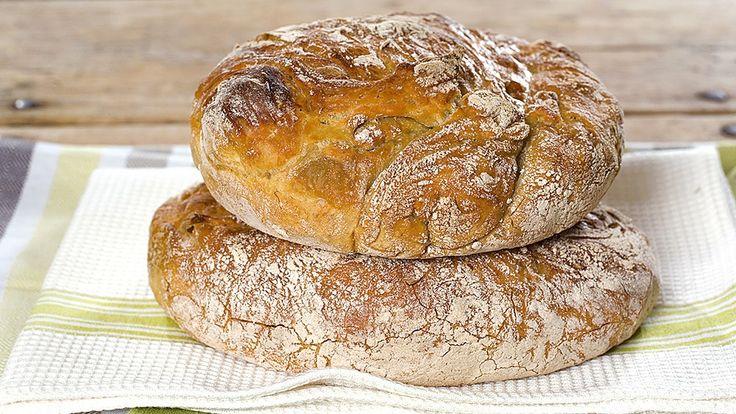 Oppskrift på Fru Timians eltefrie brød  425 g hvetemel 1 ts salt 4 g fersk gjær eller 1 g tørrgjær 3 ½ dl vann, romtemperert 1 ss olivenolje rugmel til å drysse brødet med  Deigen skal forheve i 12-14 timer og etterheve i 2 timer Stekes på 240 grader i 45-60 minutter