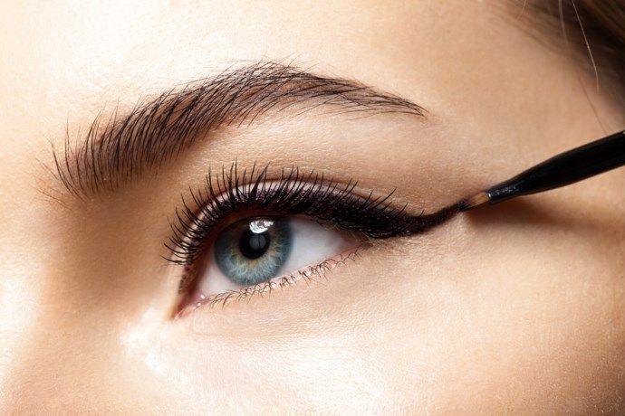 Eyeliner aanbrengen was nog nooit zo gemakkelijk - Het Nieuwsblad: http://www.nieuwsblad.be/cnt/dmf20180114_03297651