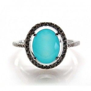 Sortija de plata de primera ley con circonitas blancas alrededor de una piedra de cuarzo azul. Talla a elegir