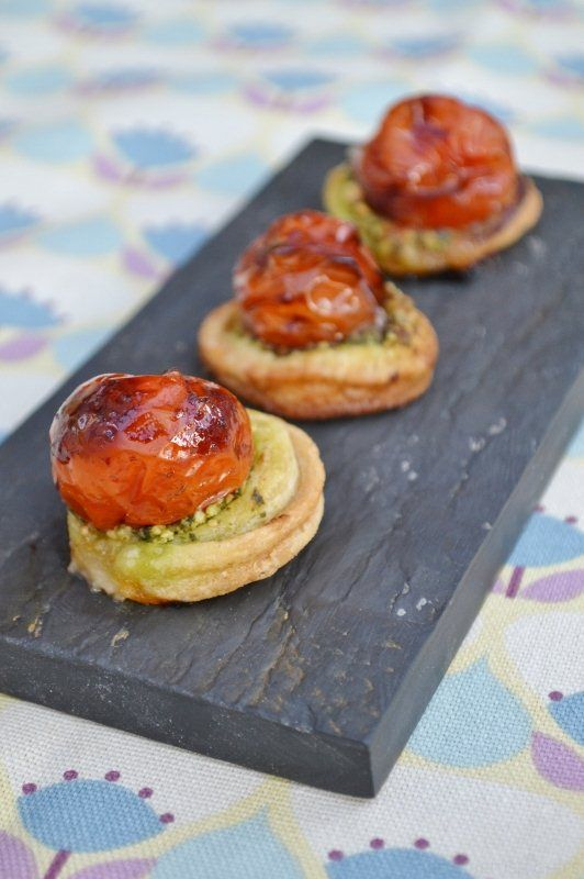 Balsamic Tomato & Pesto Canapés. A burst of Mediterranean flavours that will make your mouth zing! They're very moreish!  #vegan #vegetarian