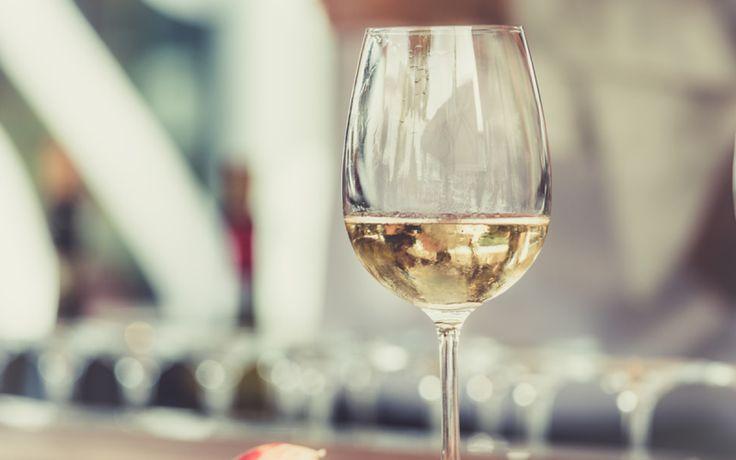 Wijn drinken heeft zo zijn voordelen. Zo is vooral rode wijn goed voor je gezondheid en kan het helpen als je wil vermageren. Hetzelfde wordt nu gezegd over zijn tegenhanger. Wil je wat extra kilo's kwijt? Drink dan twee glazen witte wijn voor het slapengaan.