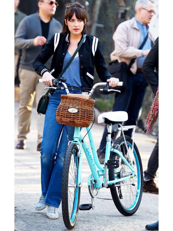 レッドカーペットのみならず、オフスタイルも注目を集めるダコタ・ジョンソン。NYでデニム×自転車のオフスタイルを披露。
