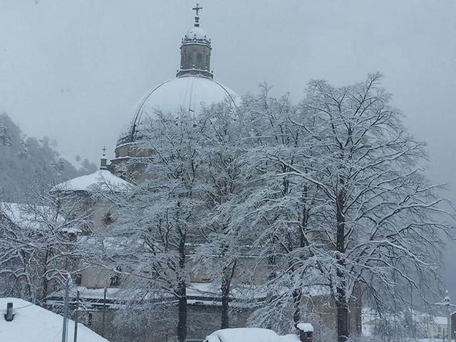 Nevicata di primavera al Santuario di Oropa! #neve #snow #montagna #mountain #chiesa #church #Madonna #Biella #Piemonte