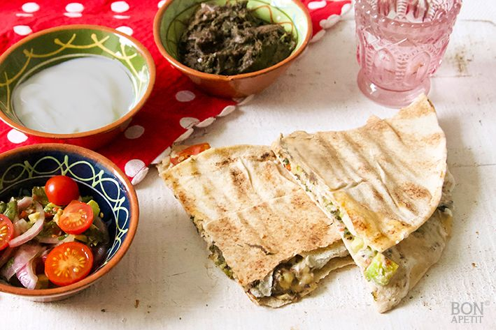 Genieten van vegetarische quesadillas met Libanees brood, een frisse salsa en zwarte bonenpasta. Geïnspireerd op een recept van Ottolenghi.