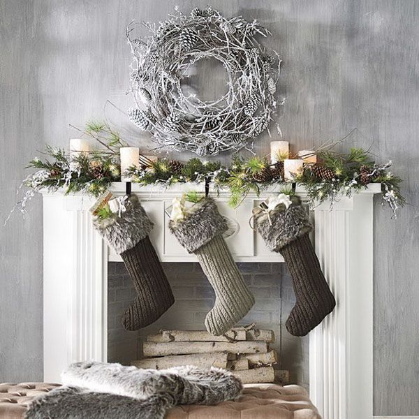 That wreath could be made easily.   Just sayin.......I'm going to make one!  Modern Christmas Decorated Living Rooms-26-1 Kindesign