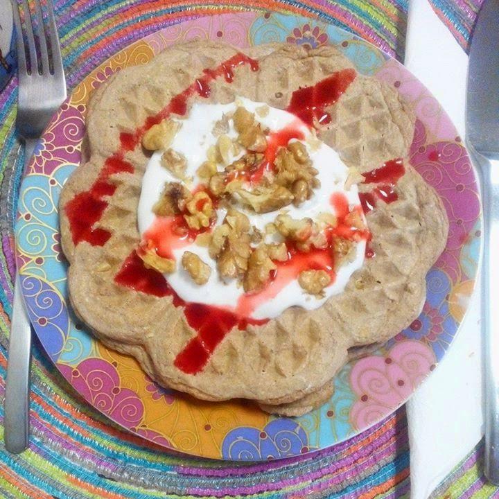 Saudável como um pêro... sem desespero!: Waffles de aveia e cacau cru com iogurte grego ligeiro, nozes e syrup de morango