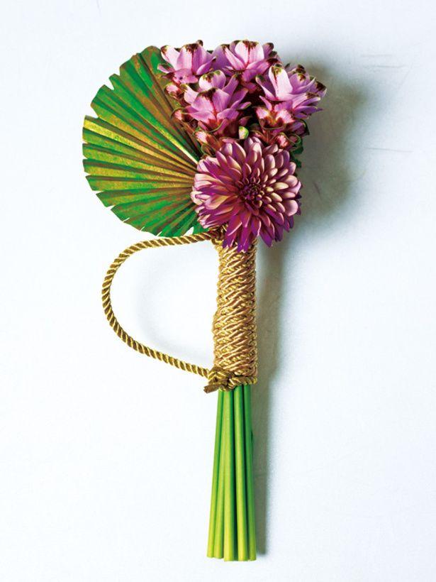 花の茎に金色の紐を巻き、豪華さを演出。個性的でモダンなブーケのまとめ一覧です♡