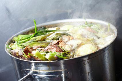 Niets dan lof voor de bouillonblokjes, een ware tijdbesparende uitvinding. Maar wel bremzout natuurlijk en bovendien is het ook wel eens leuk om zelf bouillon te maken. Zoals deze eenvoudige groentebouillon, lekker als basis voor elke soep.