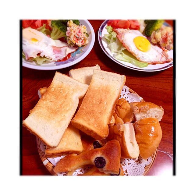 今朝の朝食❤️ ベーコンと目玉焼き オリーブパンと食パンには 自家製の梨ジャムをぬりました* - 113件のもぐもぐ - 今日の朝食❤️ by saaan7211