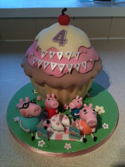 Peppa Pig birthday tea party We <3 this cake! so cute! really #GreatCakeDecorating