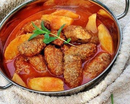 İzmir köfte, sulu yemekler kategorisinde en sevilen tariflerden biridir. Doyurucu, lezzetli ve neredeyse kurtarıcı sayılan bu yemeğin yapımı yeteri kadar iyi bilinmez. Basit bir şekilde yapılabileceğini düşündüğünüz İzmir köftesini, birkaç dokunuşla daha farklı bir lezzette hazırlayabilirsiniz.İzmir köfteyi yaparken dikkat edilmesi gereken en önemli püf noktası; patates ve köftenin önden kızartılarak fırına sürülmesidir. Böylelikle hem iyi …