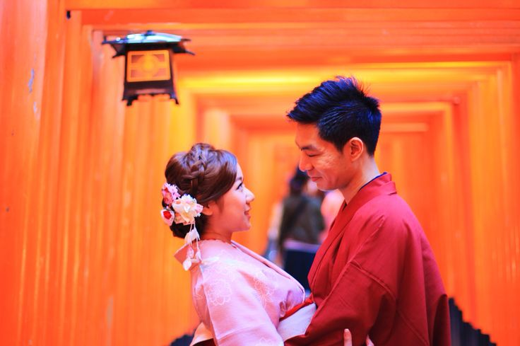 Lovely cuple posing for their wedding album in those incredibile traditional japanese costumes at Fushimi Inari temple, Kyoto, Japan