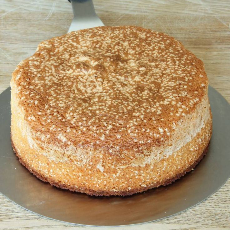 8. Skär tårtan i 3 delar/bottnar. Fyll tårtan med önskad fyllning. Spackla tårtan med t ex vispgrädde eller en god forsling.