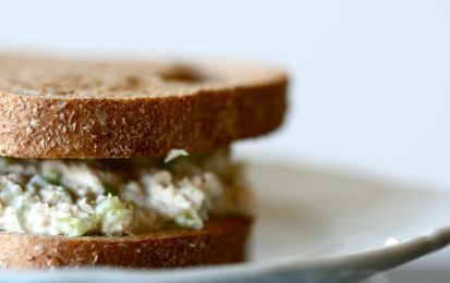 Sandwich vegetariani - Se il vostro pranzo in ufficio deve consistere di un panino, invece del solito prosciutto o salame provate questi sandwich vegetariani, saporiti, nutrienti e leggeri.  Inoltre sono sandwich che si possono preparare a casa e al momento del pranzo saranno ancora freschi e deliziosi.