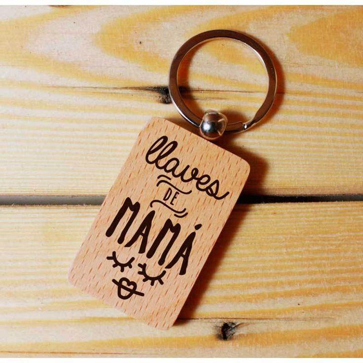 PRE-RESERVA - Las unidades son limitadas por lo que se abre un periodo de pre-reservas del 20 de febrero al 1 de marzo. Todos los artículos comprados en este periodo se servirán a partir del 6 de marzo. Llavero rectangular de madera clara serigrafiado en color negro y elaborado de manera totalmente artesanal.