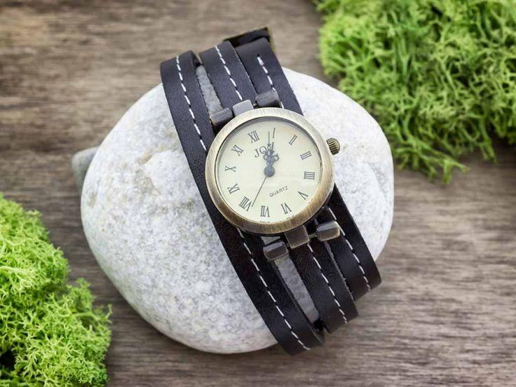 Fekete bőrszíjas varrással díszített óra