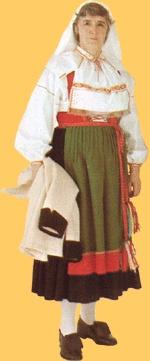 Orsa - dames    Het rode lijfje vormt één geheel met de zwarte gegoffreerde rok. Het schort is groen met rode rand en is voorzien van een in een speciaal patroon geweven band. De halsdoek is geborduurd en heeft een kanten rand. De kousen zijn wit.