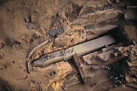 切りかけのオベリスク エジプト、アスワンにある重さ約1,170トン、高さは約40mの亀裂の入ったオベリスク。紀元前1500年~紀元前1300年頃に切り出されたが、古代エジプトではオベリスクは一枚岩でなければならなかったためこの状態のまま放置された。無事切り出されていれば、オフィスビル10階ほどの高さの最大級のオベリスクが完成していた。