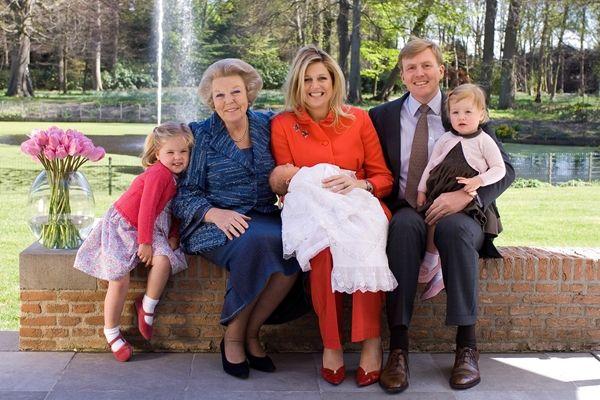 The Queen of Holland, Prince of Oranje, Princess Máxima and the princesses Catharina-Amalia, Alexia and Ariane. Location: De Eikenhorst April 2007