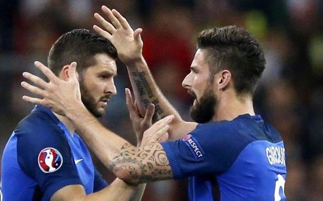 Gignac y Giroud se abrazan en el momento del cambio
