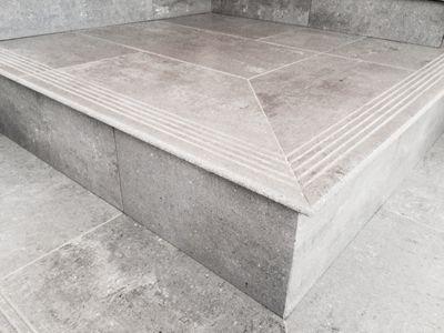 Escala en porcelànic rectificat amb trencaigües. Construccions Madrona www.construmadrona.com