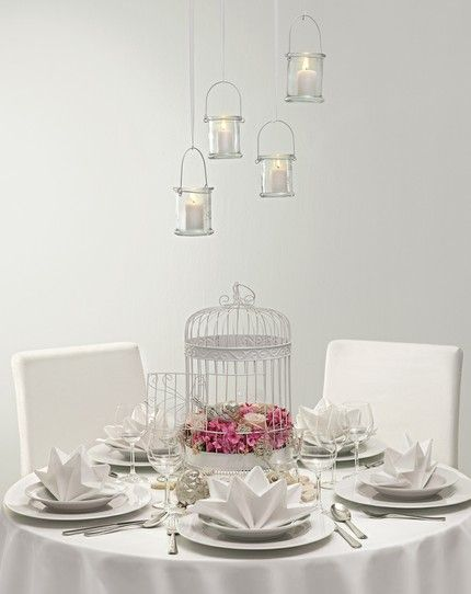 Verspielte Tischdekoration mit einem Vogelkäfig und Hortensien als Centerpiece – white and pink wedding table centerpiece with birdcage and hydrangeas – www.weddingstyle.de