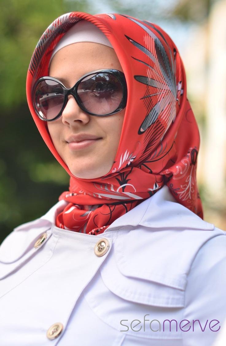 Ela Eşarp 10. Rayon kumaştan imal edilmiştir. Kullanım çok rahattır. Desenleri ve modelleriyle beğeni toplamaktadır.