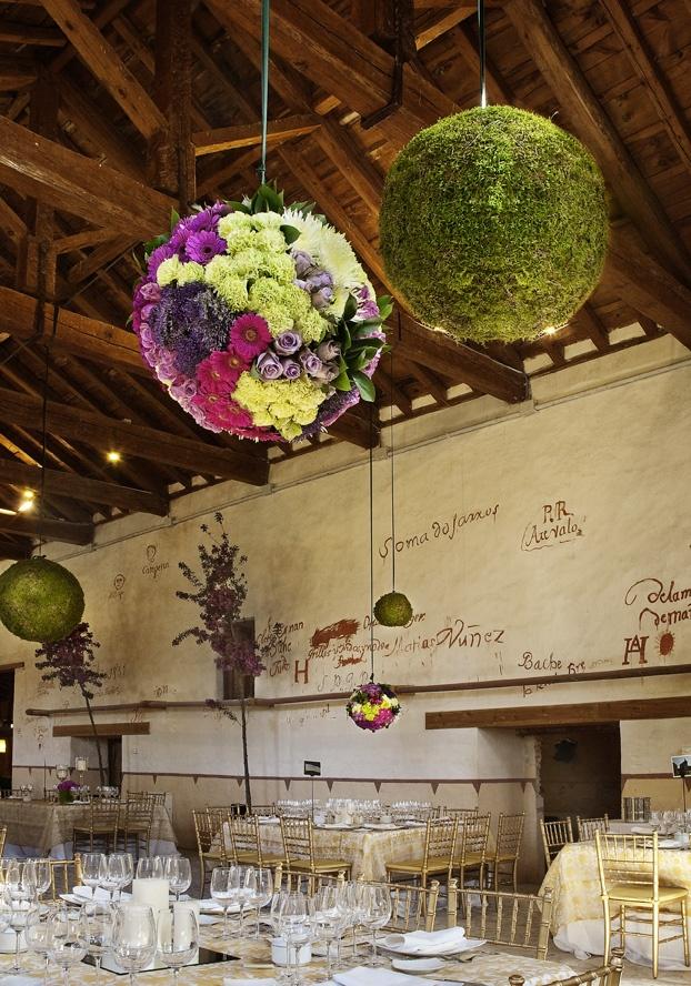 Espectacular decoración con esferas de flores colgando sobre las mesas en la Finca El Esquileo · Flores y decoración, Mar de Flores
