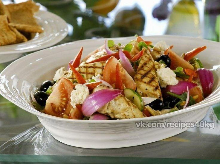 Греческий салат с курицей В отличие от классического греческого салата, данный греческий салат имеет мясной наполнитель и обогащён зелёным листьями Ромена. Это лёгкий микс двух салатов — «Греческого» и «Цезаря». Получилось сногсшибательно, верно?! Надеюсь, я угадала весеннее кулинарное настроение своей семьи и с нетерпением жду ужин. Ингредиенты 1 огурец 4 помидора 2 красные луковицы 1 красный болгарский перец ½ пучка салата ромен 150 г черных маслин без костей 220 г сыра фета 3 столовые…