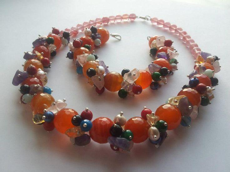 Colier multicolor si vesel cu agate portocalii si multe pietre semipretioase si perle naturale