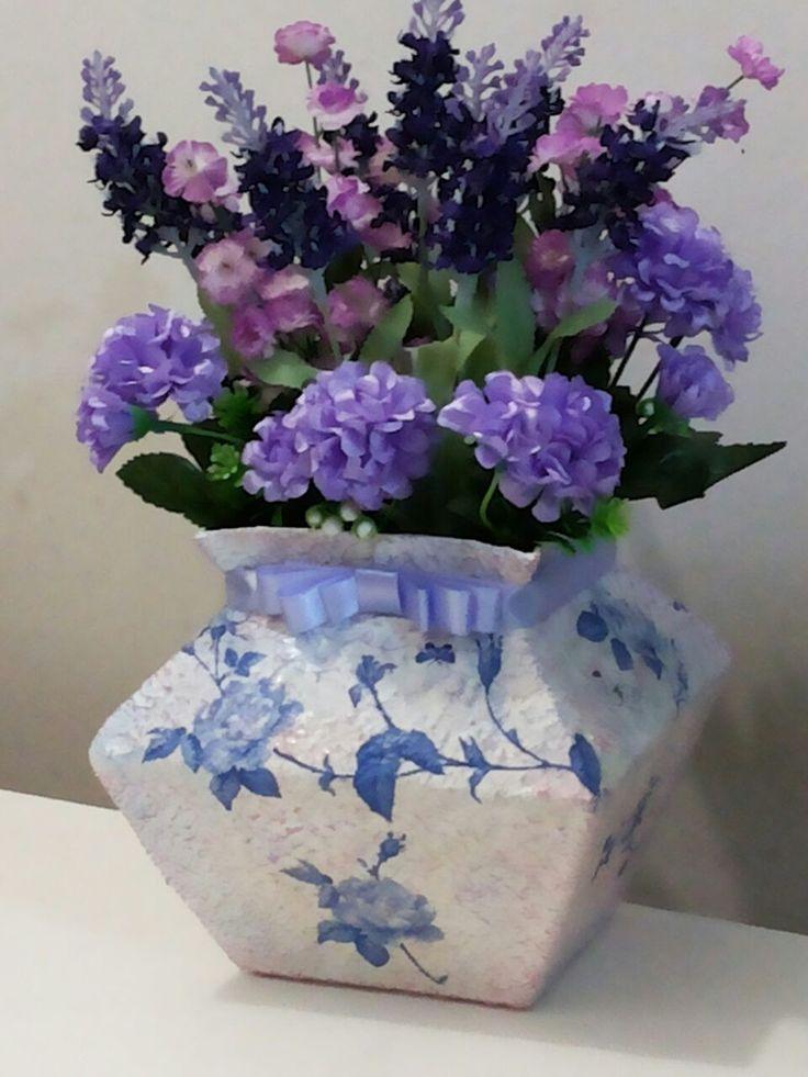 Lindo vaso decorativo, feito com caixa de leite longa vida. <br>Técnica artesanal de reciclagem de caixa de leite, o vaso fica lindo e bem firme. <br>Pode ser utilizado como decoração de mesa de festas e ambientes. <br>Posso fazer em diferentes tamanhos e cores. <br>As flores deste arranjo são delicadas e parece natural.