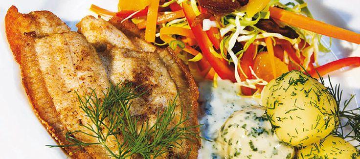 Stegte rødspættefileter med kartofler, persillesovs og spidskålsalat