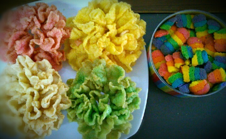 Rainbow addict everywhere! Krupuk and butter cookies in rainbow colored