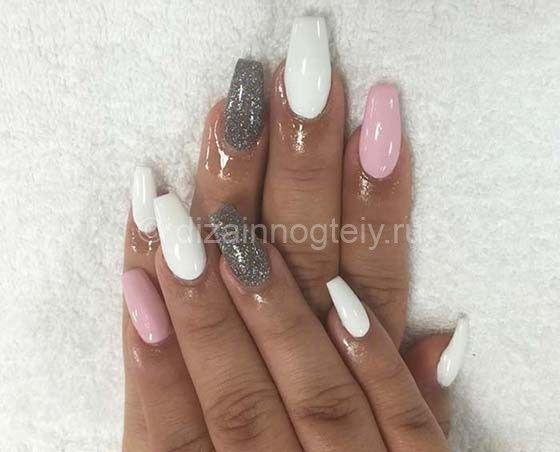 Розово белый акриловый маникюр