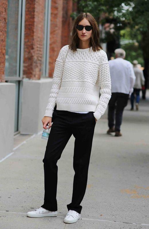 В холодную погоду нам не обойтись без теплой одежды - так и хочется надеть на себя половину своего гардероба. Теперь для того, чтобы согреться, вовсе не нужно жертвовать красотой и модой - дизайнерыпредлагают нам обратить внимание на большие и яркие свитера, в которых так тепло и уютно!Мода на модели oversize актуальна и для свитеров - модели крупной вязки могут даже заменить собой верхнюю одежду, а выглядеть при этом очень оригинально и стильно. Выбирай нежные пастельные оттенки или…