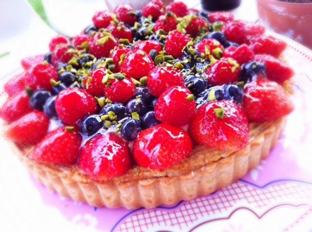 """Annemette fra """"Den store Bagedyst"""" kommer de næste par uger til at dele nogle af sine lækre opskrifter på madogbolig.dk. I denne uge er det en fantastisk sommertærte med friske bær."""