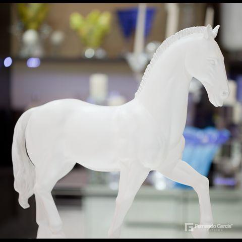 Los caballos en estaño elaborados con moldes de bronce, rompen la tradición decorativa en tu hogar.