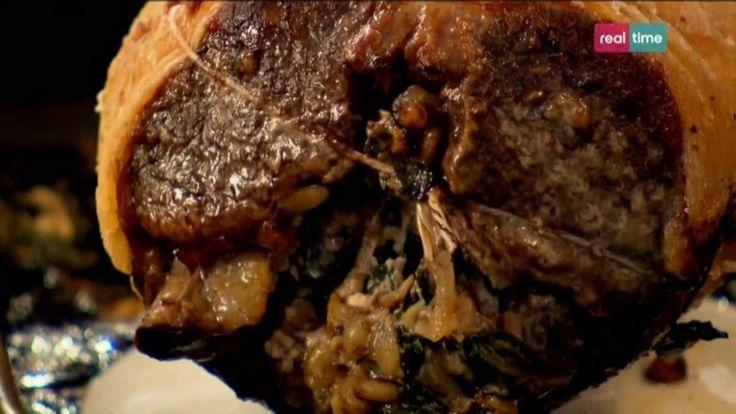 """Cucina con Ramsay # 91: Agnello ripieno con spinaci e pinoli Se siete stanchi dell'agnello con la menta, provate questa ricetta con feta, pinoli e spinaci. Stupefacente!! La """"sella"""" e' un taglio dell' agnello, piu precisamente la parte della schiena compresa tra il cosciotto e il collo, incluse le vertebre lombari e dorsali, le costole e i muscoli. In ques..."""